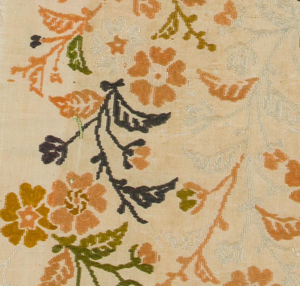 枝垂れ桜と菊文唐織